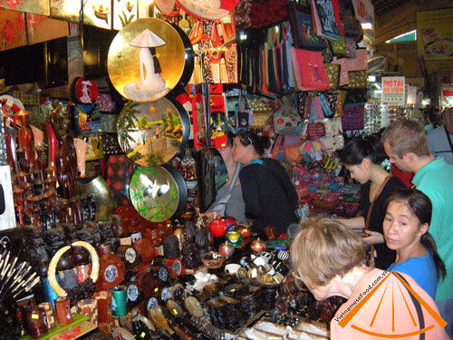 Many foreigners come to Ben Thanh Market to buy souvenir.