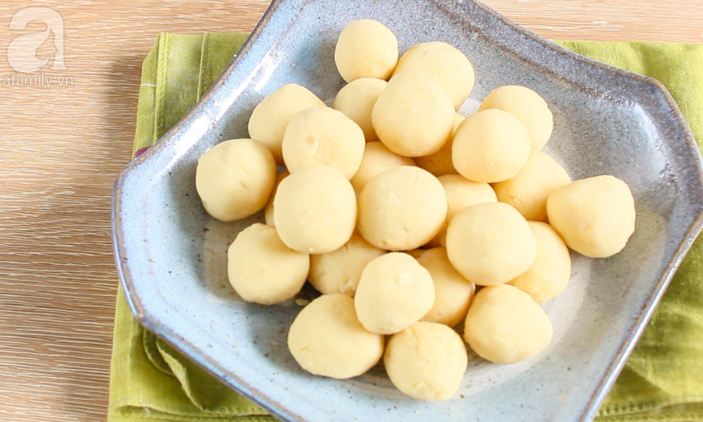 Traditional Vietnamese Rice Balls Sweet Soup Food (Che Troi Nuoc) 3