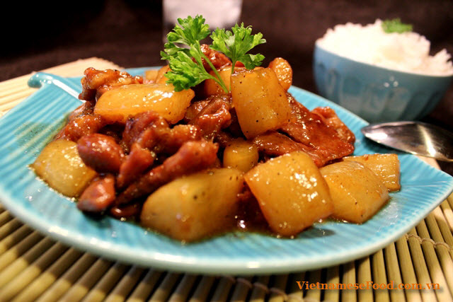 braised-pork-meat-with-white-radish-recipe-thit-heo-kho-cu-cai-trang