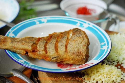 pna-stir-fried-fish-with-leek-sauce-ca-chien-sot-toi-tay